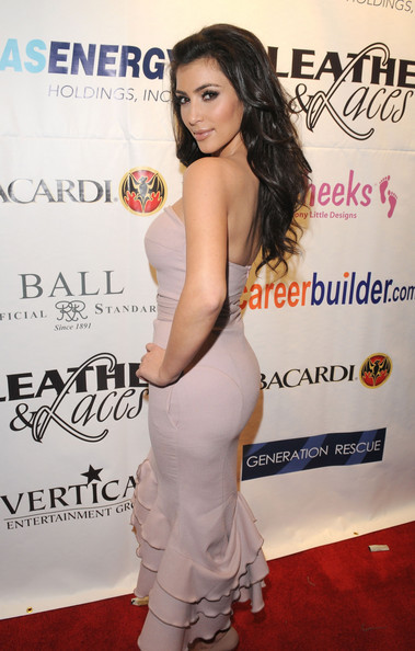 Kim-Kardashian-over-the-shoulder-pose
